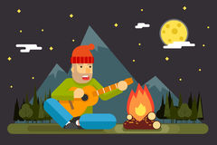 Reisender singt Spiel-Nachtlager-Gitarren-Lagerfeuer-Forest Mountain Flat Design Background-Schablonen-Vektor-Illustration Stockfotografie
