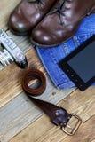 Reisender stellte mit einem Ledergürtel, einem Analog-Digital wandler, einer Kamera, Jeans und einem b ein Stockfoto