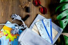 Reisender stellte mit Karte und Karten auf Draufsicht des hölzernen Hintergrundes ein Lizenzfreie Stockfotografie