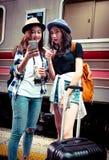 Reisender suchen Standort auf ihrem Mobile stockfotografie