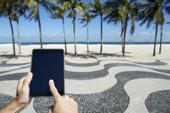 Reisender Tourist, der Tablet in Rio de Janeiro Brazil verwendet Stockfotografie