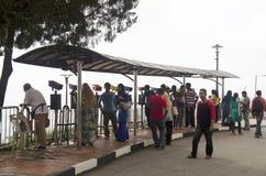 Reisender und malaysische Leute reisen und verwenden das Fernglasschauen lizenzfreies stockbild