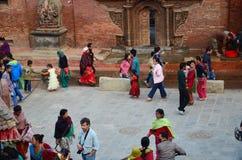 Reisender und nepalesische Leute bei Patan Durbar quadrieren Stockfotos