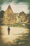 Reisender vor dem hintergrund der Gebirgslandschaft in Cappad Lizenzfreies Stockbild