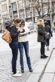 Reisender, welche nach Richtungen sucht lizenzfreies stockbild