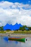 Reisender Zirkus auf der Querneigung des Flusses Lizenzfreie Stockfotografie