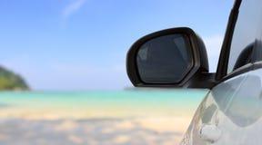 Reisendes Auto auf hellem Strand Stockfotografie