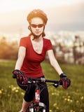 Reisendes Fahrrad der Frau im Sommerpark Lizenzfreie Stockbilder