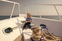 Reisendes Konzept Kleines Kind genie?en, auf Schiff zu reisen Baby, das durch Meer reist Reisen auf Sommerferien stockfotografie
