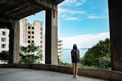 Reisendes Mädchen in einem verlassenen Gebäude lizenzfreie stockfotos