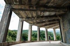 Reisendes Mädchen in einem verlassenen Gebäude lizenzfreies stockbild