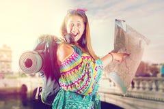 Reisendes Mädchen mit Rucksack lizenzfreie stockfotos