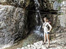 Reisendes Mädchen nahe dem Wasserfall lizenzfreies stockbild