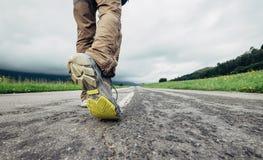 Reisendfüße auf dem Straßenabschluß herauf Bild Lizenzfreies Stockbild