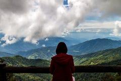 Reisendfrau, die Ansicht des Berges schauend steht Stockfoto