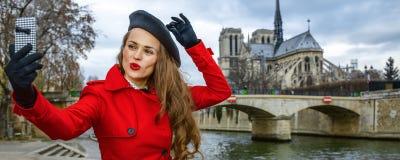 Reisendfrau, die selfie mit Handy in Paris, Frankreich nimmt Stockfotografie