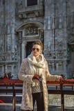 Reisendfrau in Mailand, das digitale Fotokamera hält Lizenzfreie Stockbilder