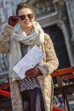 Reisendfrau in Mailand, Italien mit der Karte, die Abstand untersucht Stockbild