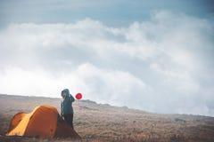 Reisendfrau mit dem roten Ballon- und Zeltkampieren stockbild