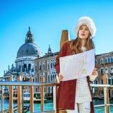 Reisendfrau mit Karte in Venedig, das den Abstand untersucht Stockfotos