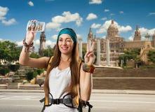 Reisendfrau mit Rucksack nimmt selfie Stockfotografie