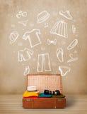 Reisendgepäck mit Hand gezeichneter Kleidung und Ikonen Lizenzfreies Stockfoto