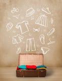 Reisendgepäck mit Hand gezeichneter Kleidung und Ikonen Stockfoto