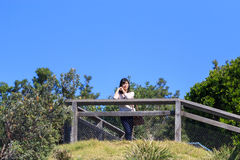 Reisendlächeln der jungen Frau glücklich Stockfotografie