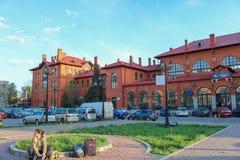 Reisendmädchen, das vor dem Hauptbahnhof in Suceava, Rumänien sitzt stockbild