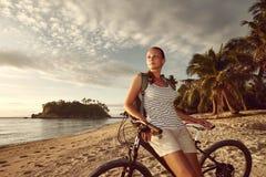 Reisendmädchen mit Rucksack Ansicht von Trauminsel a genießend stockfotos
