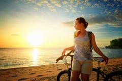 Reisendmädchen mit Rucksack Ansicht von Trauminsel a genießend lizenzfreies stockbild