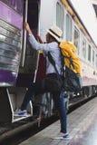Reisendmädchen mit Rucksackweg herauf den Zug allein Reise jour Stockfotos