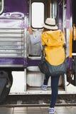 Reisendmädchen mit Rucksackweg herauf den Zug allein Reise jour Stockbild