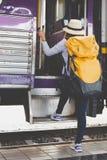 Reisendmädchen mit Rucksackweg herauf den Zug allein Reise jour Lizenzfreies Stockbild