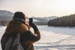 Reisendnehmen Schüsse telefonisch bei Sonnenaufgang Stockfotos