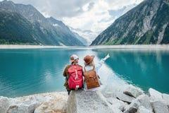 Reisendpaarblick am Gebirgssee Reise- und Berufslebenkonzept mit Team Abenteuer und Reise in der Gebirgsregion stockfoto