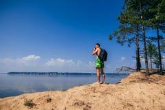 Reisendphotograph mit dem Rucksack, der Fotos macht Lizenzfreies Stockbild