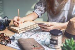 Reisendplanungsurlaubsreise der jungen Frauen stockbilder