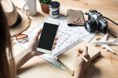 Reisendplanungsurlaubsreise der jungen Frauen stockfotos
