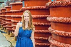 Reisendshow der jungen Frau, wie sie Fischsauce auf Phu Quoc, Vietnam mögen Lizenzfreies Stockbild