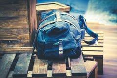 Reisendtasche oder -rucksack auf Holzkiste Lizenzfreie Stockbilder