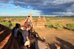 Reisendwartezeitschießen-Fotosonnenuntergang mit alter Stadt Bagan, Myanmar Stockbild