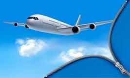 Reisenhintergrund mit Flugzeug und weißen Wolken Lizenzfreies Stockbild