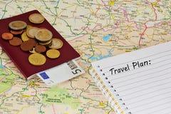 Reisenkarte, -notizbuch und -geld Stockfotos