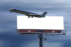 Reisenkonzept mit unbelegter Straßenrandanschlagtafel Stockfotografie
