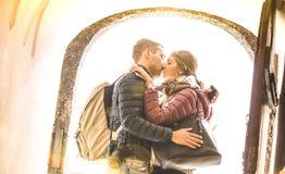 Reisepaare in der Liebe, die draußen an der Stadtrundfahrtexkursion - junge glückliche Touristen genießen romantischen Moment bei stockbild