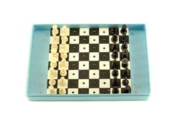 Reiseschachbrett mit den Schachfiguren lokalisiert auf Weiß Stockfotografie