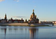 Reiseschlossarchitektur-Stadtfluß Sommerstadtbildgebäudegeschichtsmarksteinturmwandkathedraleneuropas roter, der Russland erricht Stockbilder