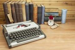 Reiseschreibmaschine auf dem Schreibtisch des Verfassers Der Verfasser schreibt einen Roman lizenzfreie stockbilder