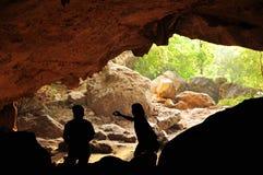 Reisetätigkeiten an der Höhle Stockfotos